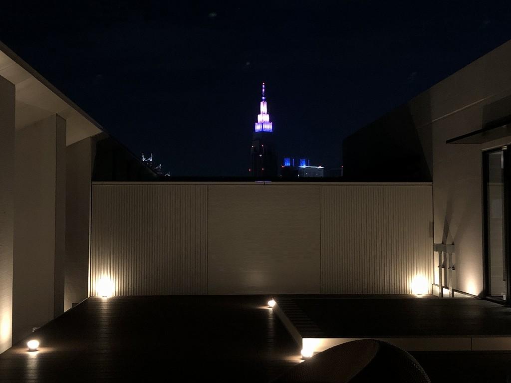 三井ガーデンホテル神宮外苑の杜プレミアの屋上テラスからドコモタワー