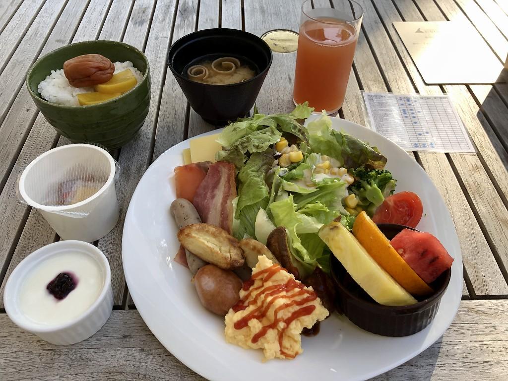 三井ガーデンホテル神宮外苑の杜プレミアの「リストランテ&バー エボルタ」のテラス席での朝食