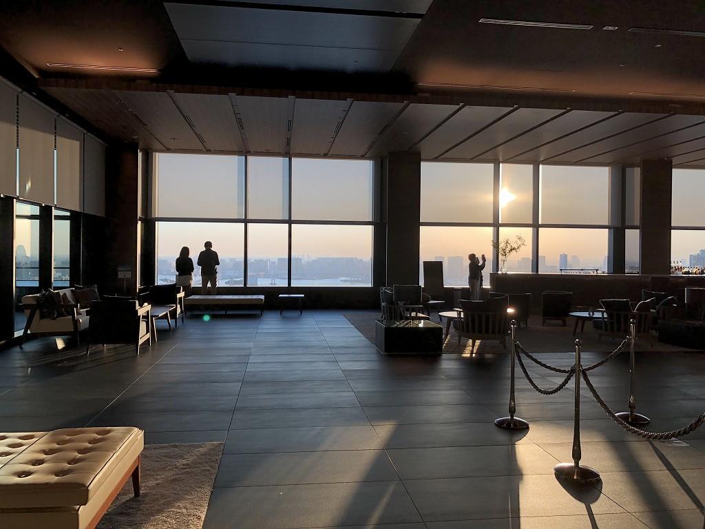 三井ガーデンホテル豊洲ベイサイドクロスのロビーから夕日1