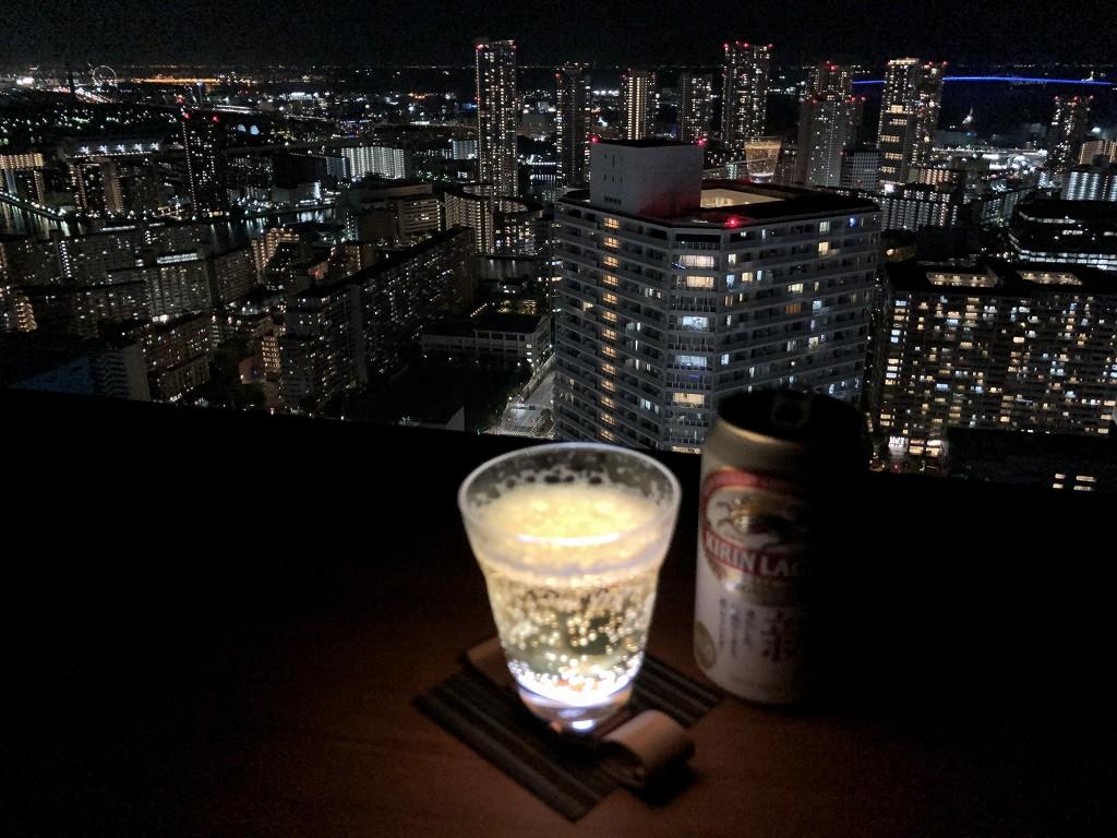 三井ガーデンホテル豊洲ベイサイドクロスの部屋からビールと夜景