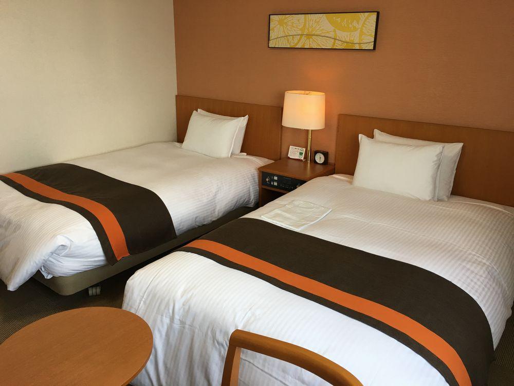 リッチモンドホテル宮崎駅前の禁煙ツインのベッド側
