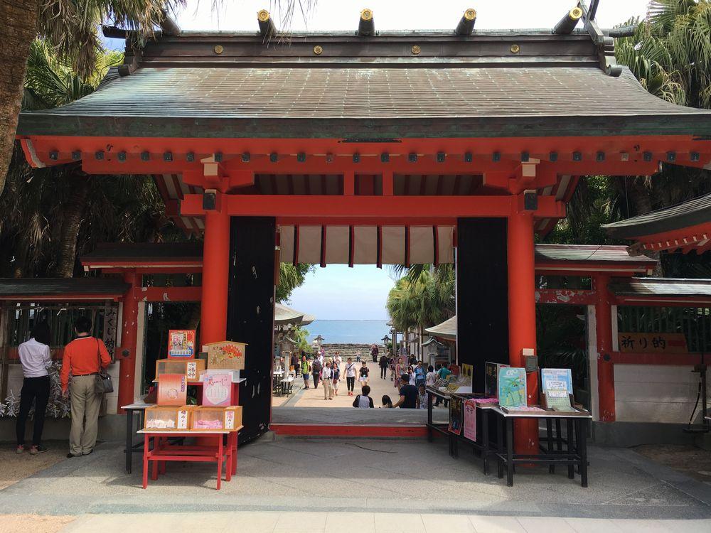 青島神社の本殿から海