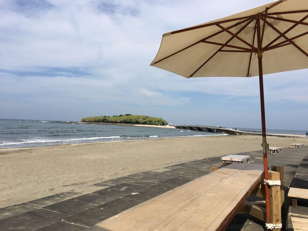 青島ビーチのパラソル