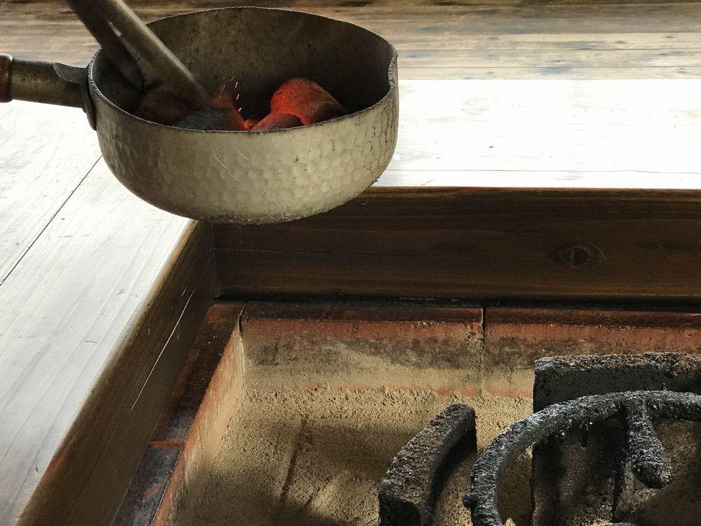 地鶏庵城の平の囲炉裏の炭