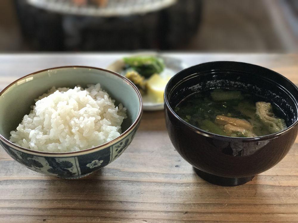 地鶏庵城の平の米と味噌汁