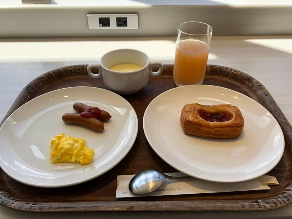 成田空港のサクララウンジで朝食