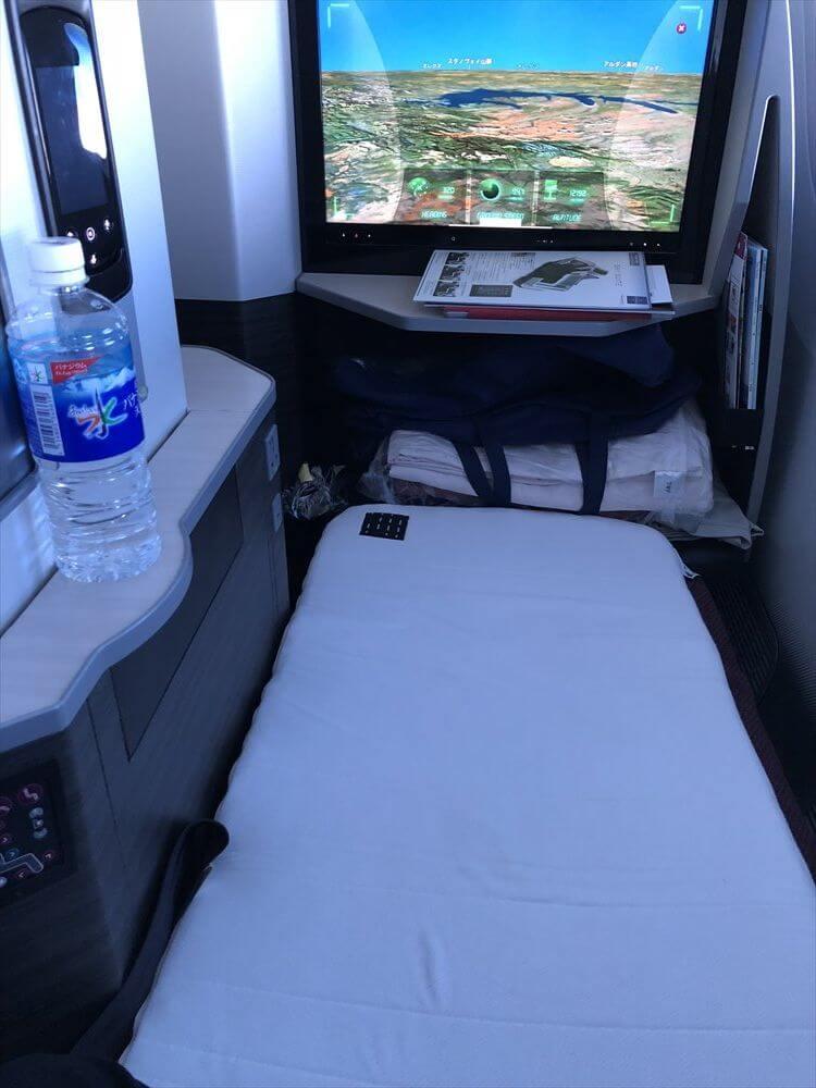 JAL421便ビジネスクラスのフルフラットシートベッド