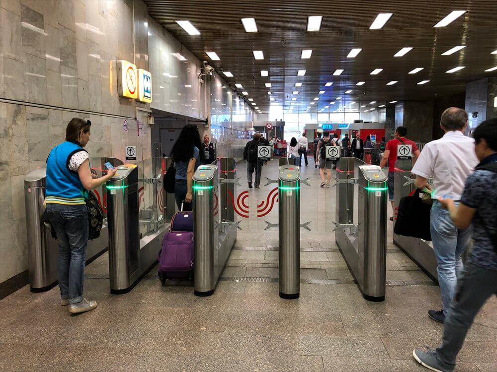 パヴェレツカヤ駅の改札