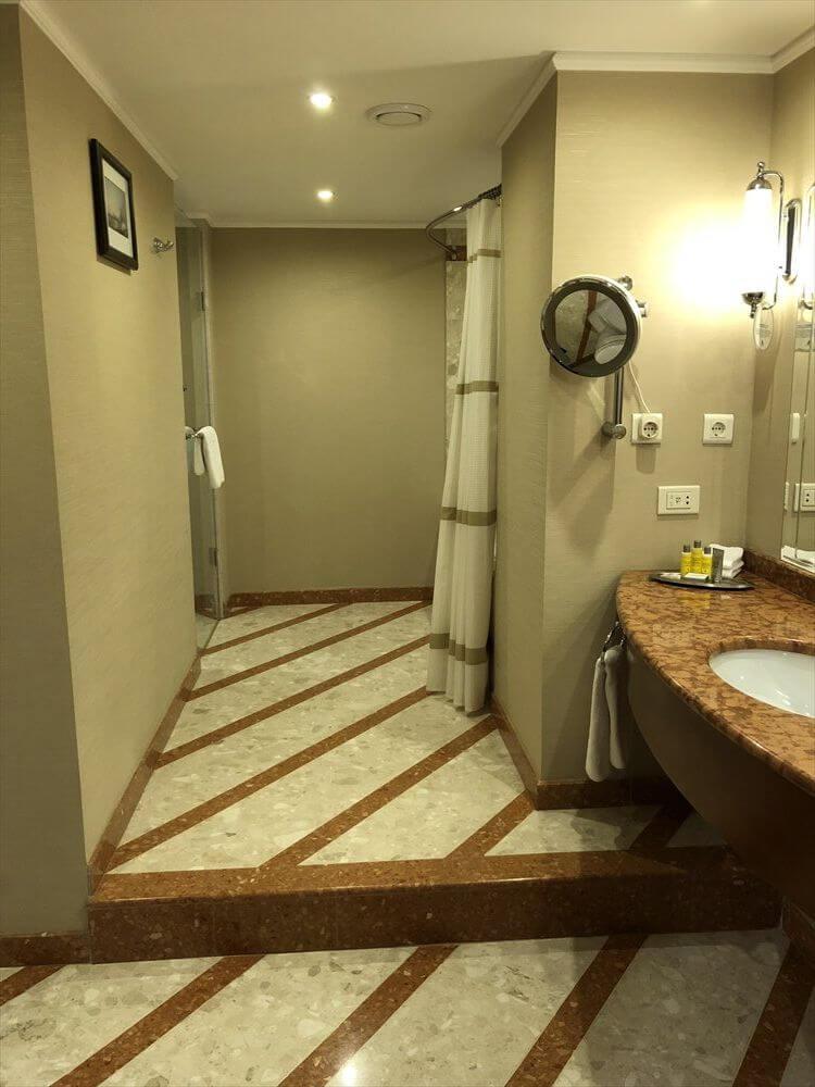 モスクワ マリオット ロイヤル オーロラ ホテルのバスルーム