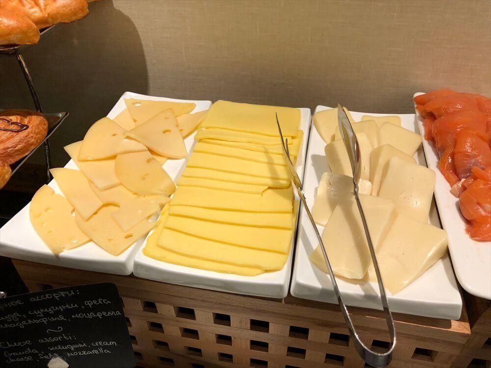 モスクワ マリオット ロイヤル オーロラ ホテルのラウンジの朝食のチーズ