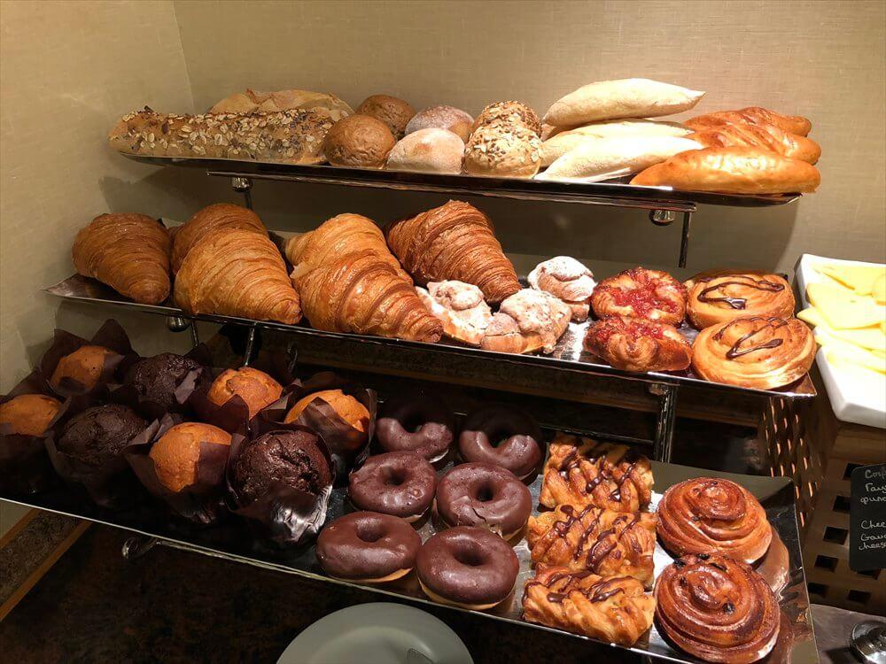 モスクワ マリオット ロイヤル オーロラ ホテルのラウンジの朝食のパン