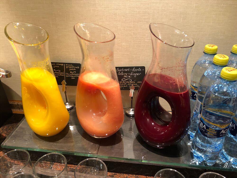 モスクワ マリオット ロイヤル オーロラ ホテルのラウンジの朝食のジュース