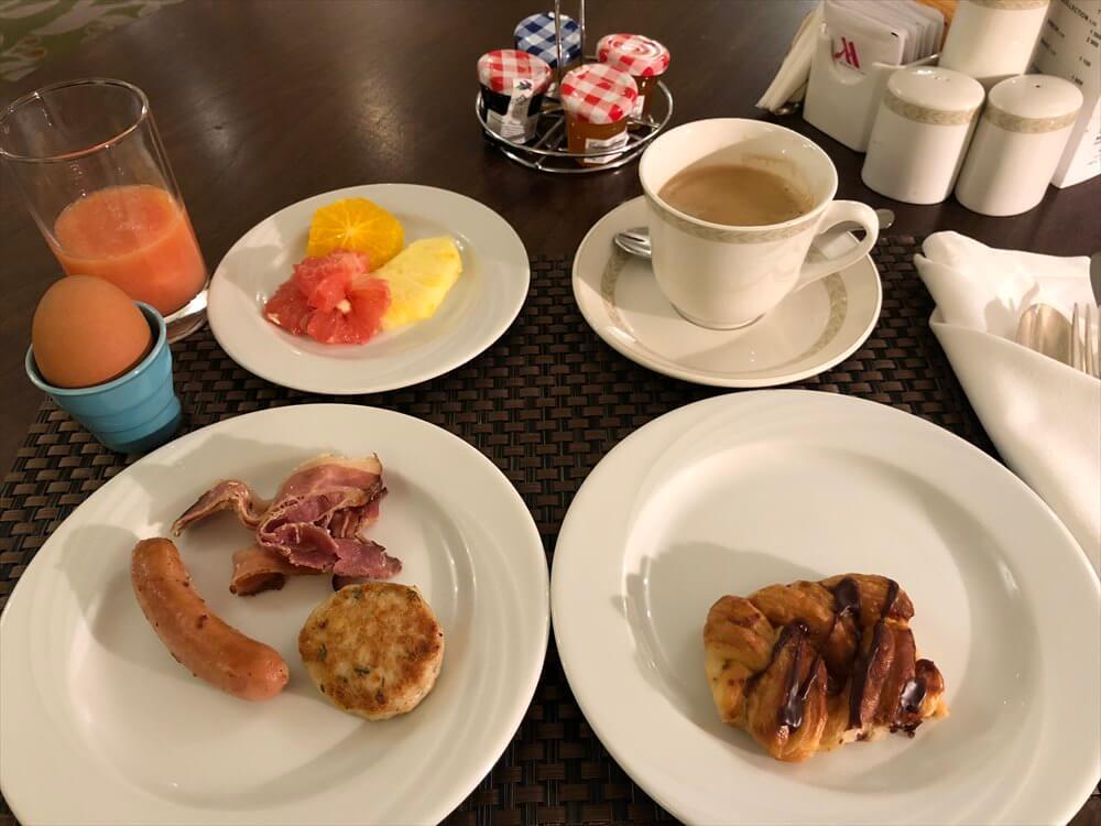 モスクワ マリオット ロイヤル オーロラ ホテルのラウンジの朝食(1日目)