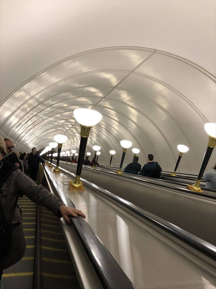 Sportivnaya駅の長いエスカレーター