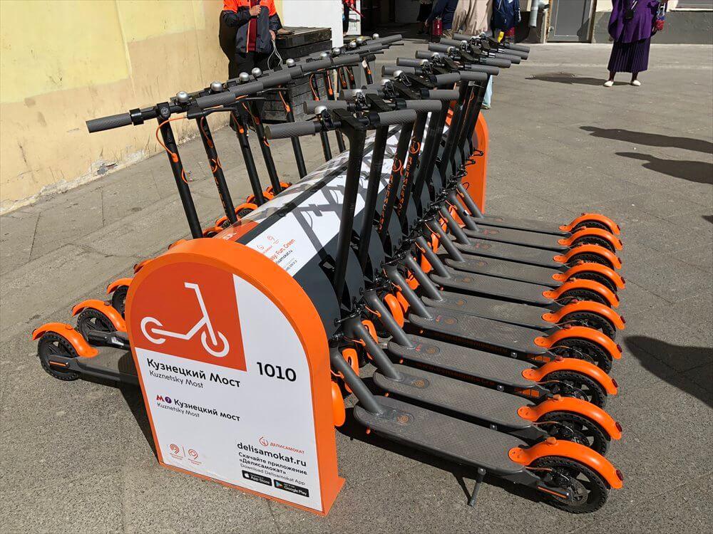 クズネスキーモスト駅の電動スクーター