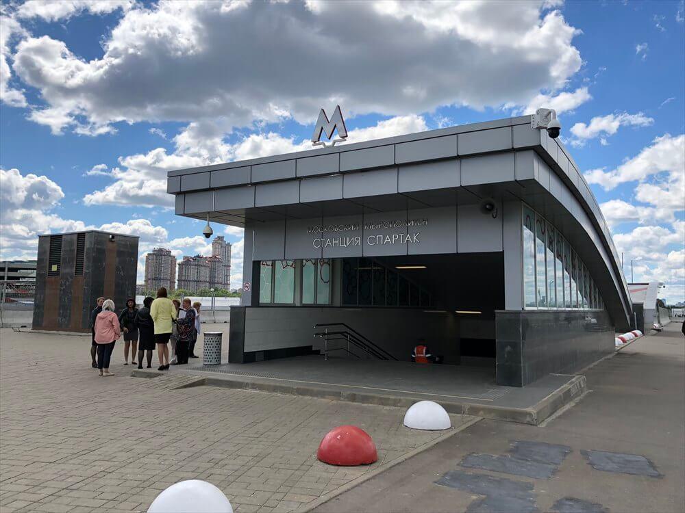 スパルタク駅の入口