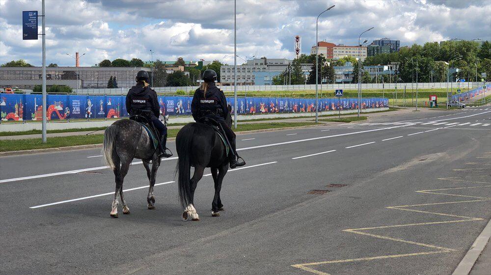 スパルタク スタジアムを巡回中の騎馬警官
