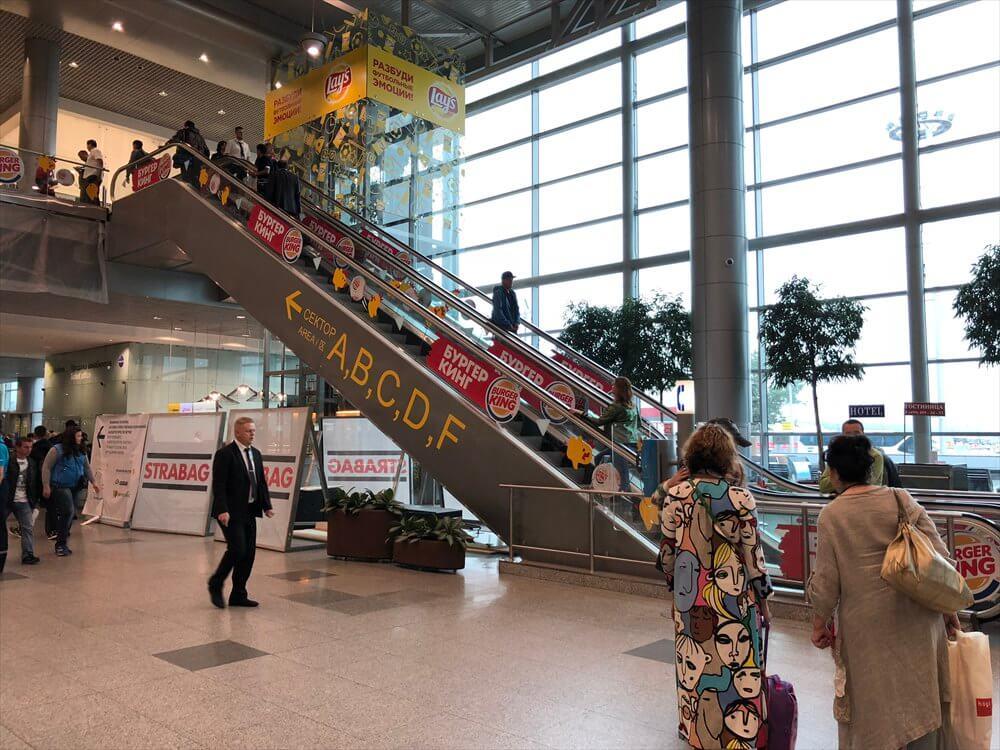 ドモジェドヴォ空港の2階へ上がるエスカレーター
