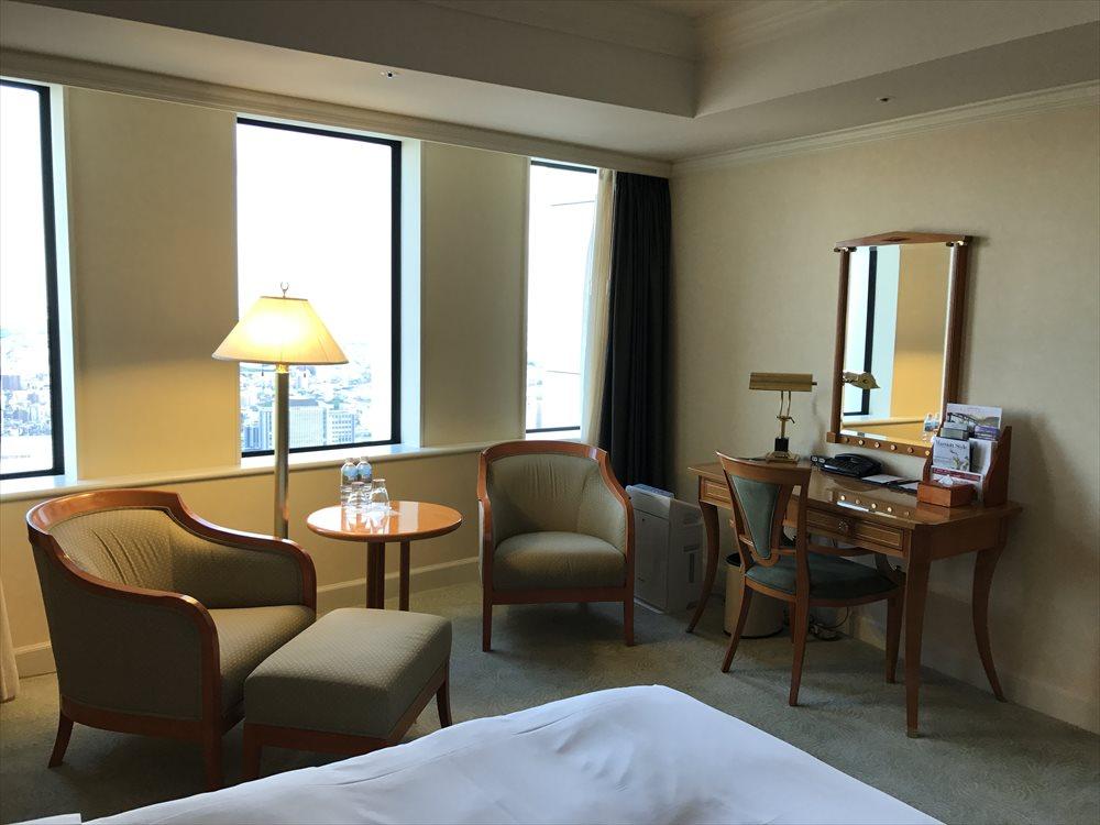 名古屋マリオットアソシアホテルのデラックスツインルーム(ソファ側)