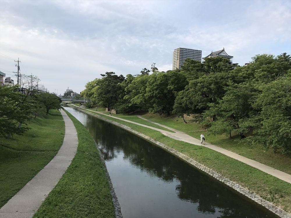 岡崎城の川沿いプロムナード