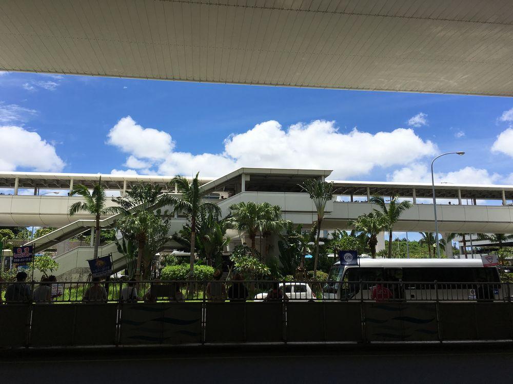 那覇空港前から見上げた青い空