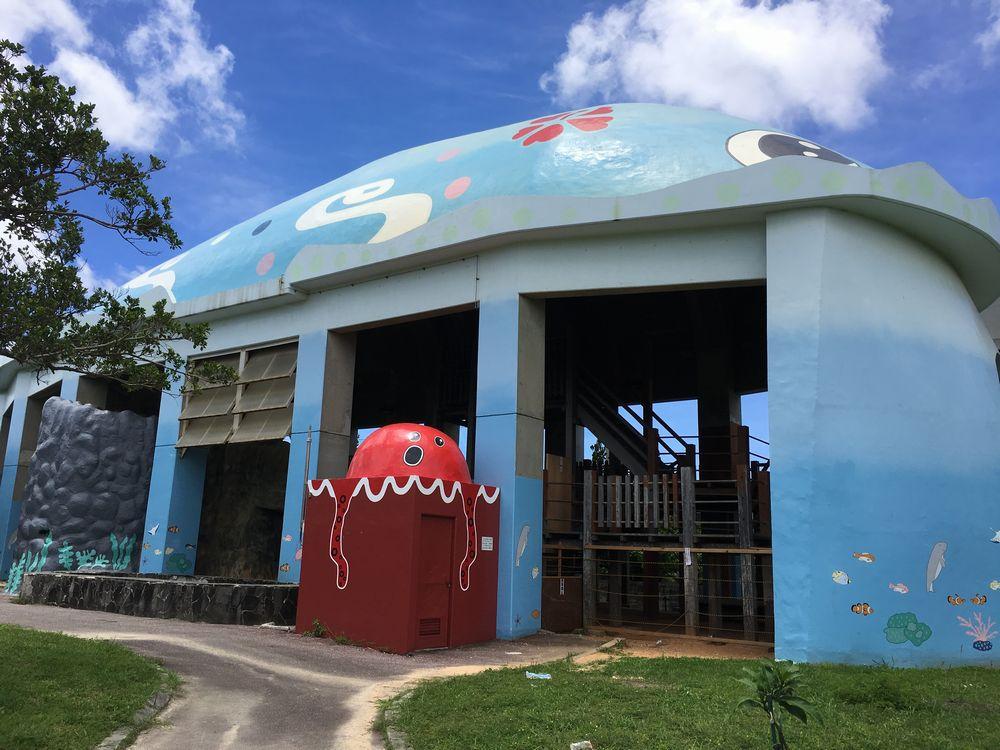 漫湖公園近くのクジラの遊具施設