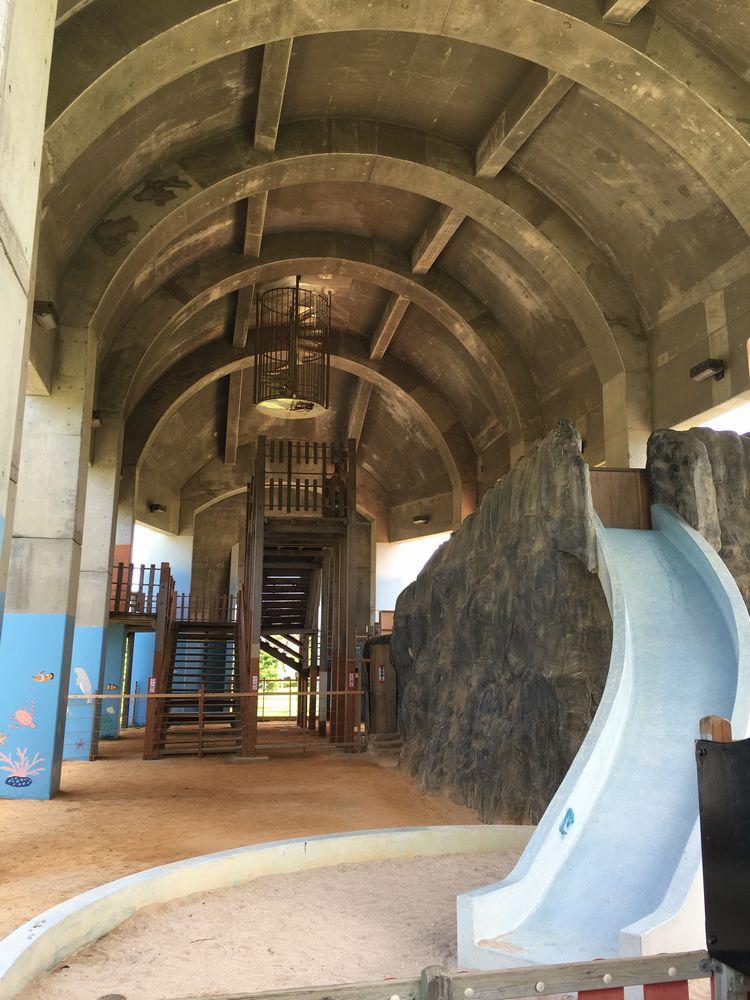 漫湖公園近くのクジラの滑り台