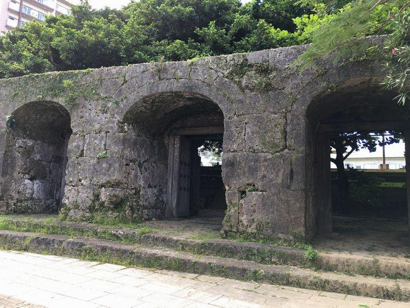 崇元寺の石門1