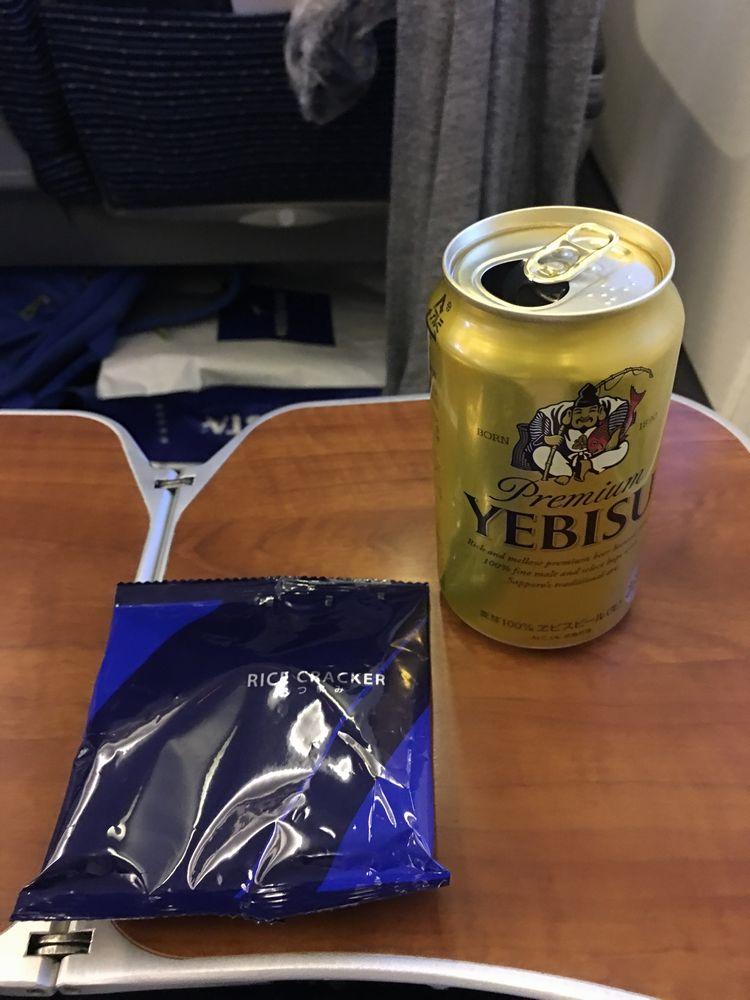 ANA474便のエビスビールとおつまみ
