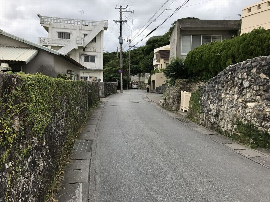 首里城の外壁沿いの道
