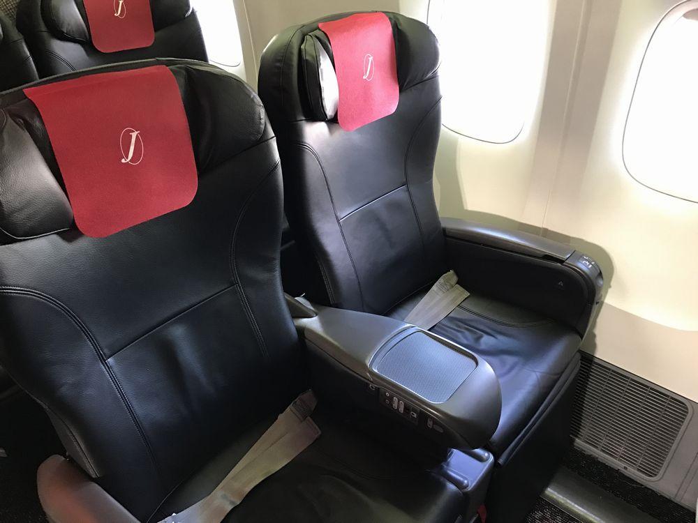 JAL907便のクラスJの窓側席