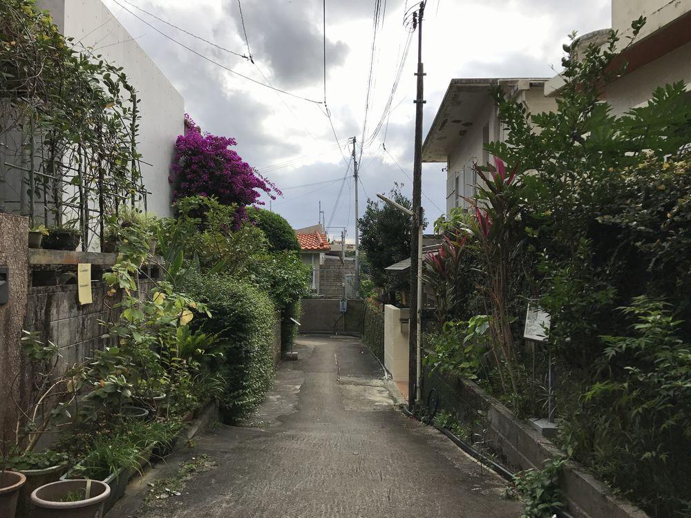金城町石畳道近くの民家の路地