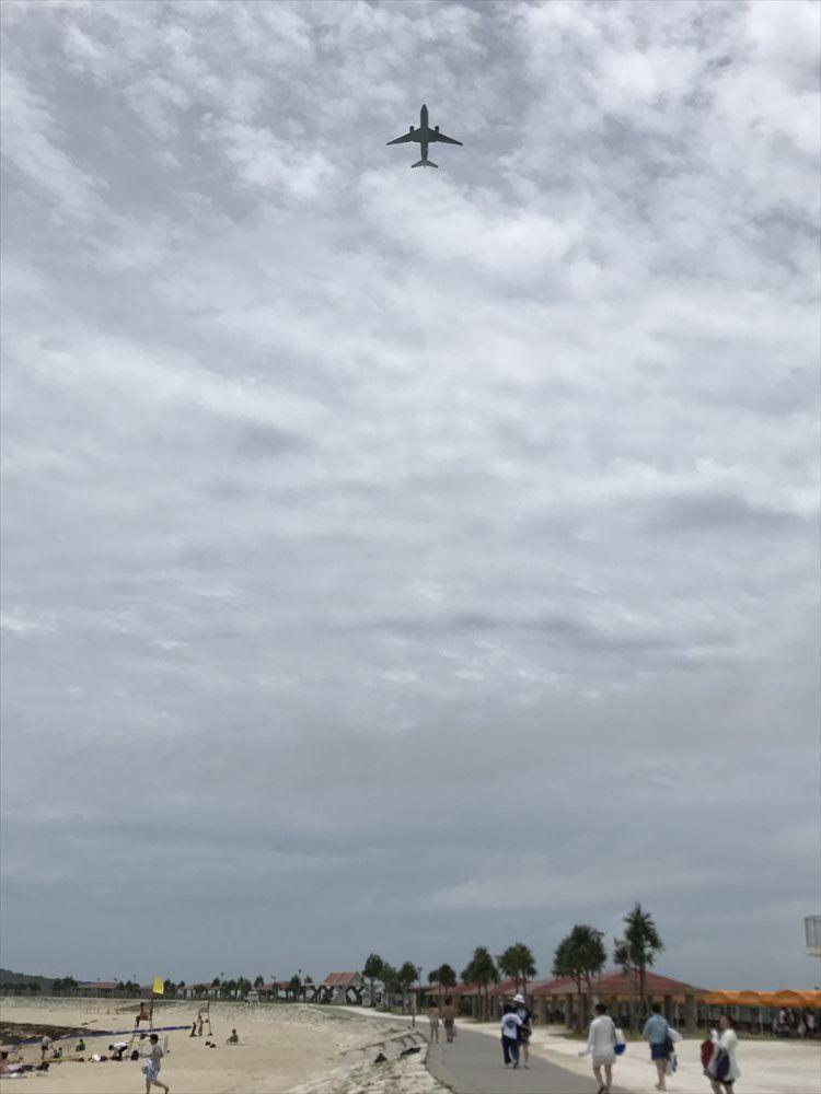 美らSUNビーチで頭上を飛んでいく旅客機