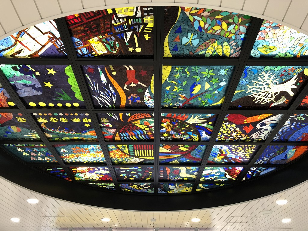 てだこ浦西駅のステンドグラス