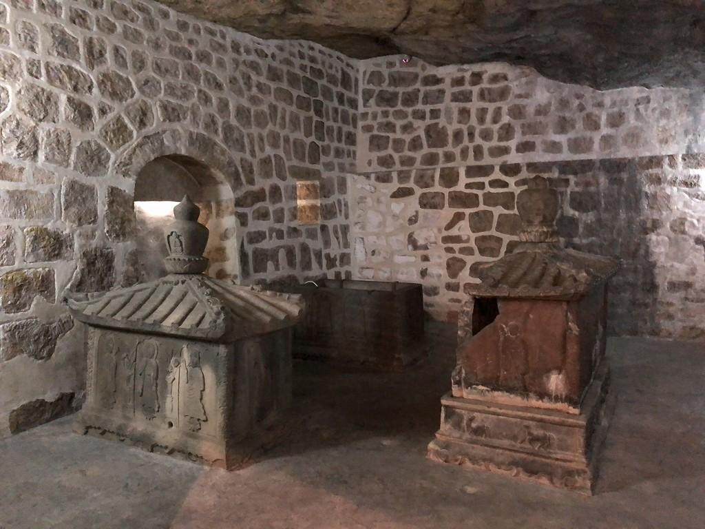 浦添ようどれの西室(英祖王陵)の内部のレプリカ
