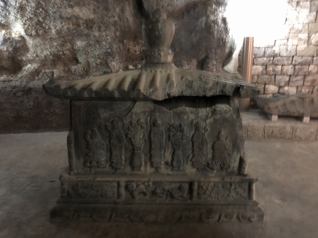 浦添ようどれの西室(英祖王陵)の内部のレプリカの石厨子1
