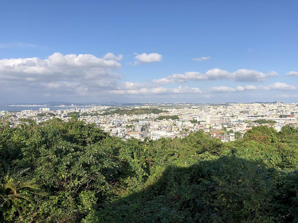 浦添グスク・ようどれ館の展望台から普天間基地方面1