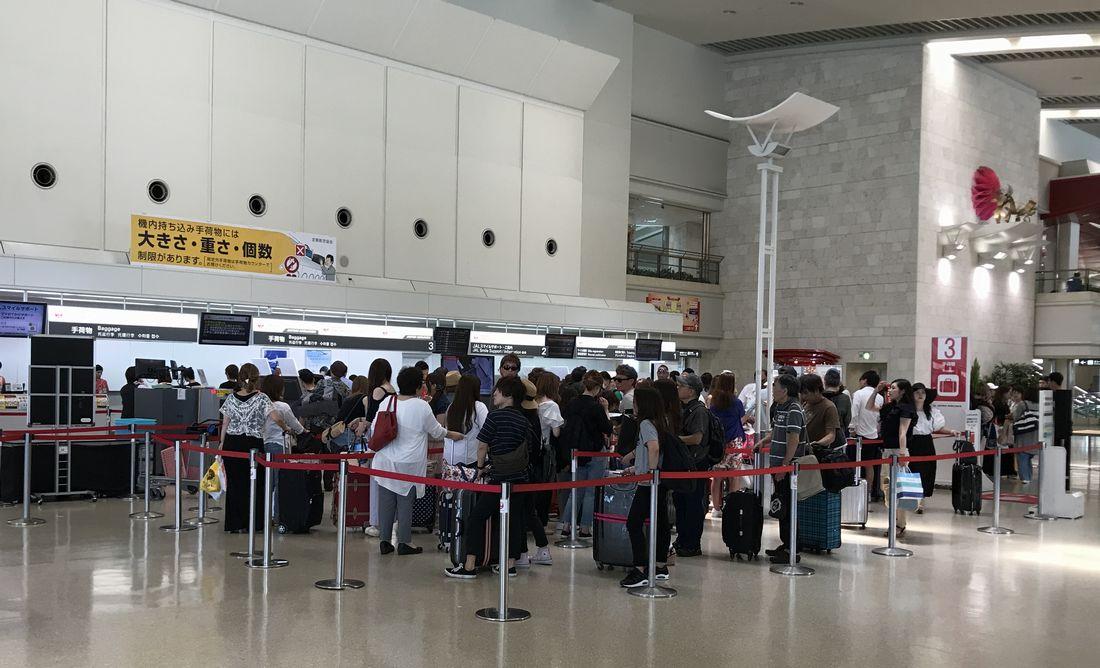 那覇空港の混雑している荷物預けカウンター