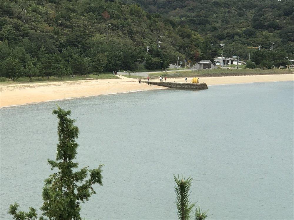 直島の砂浜の黄かぼちゃ2
