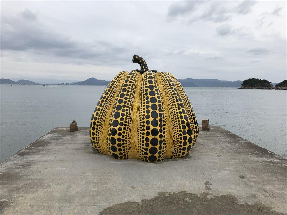 直島の砂浜の黄かぼちゃ3