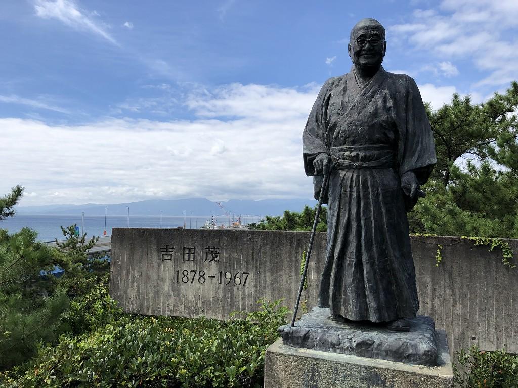 大磯の旧吉田茂邸の銅像