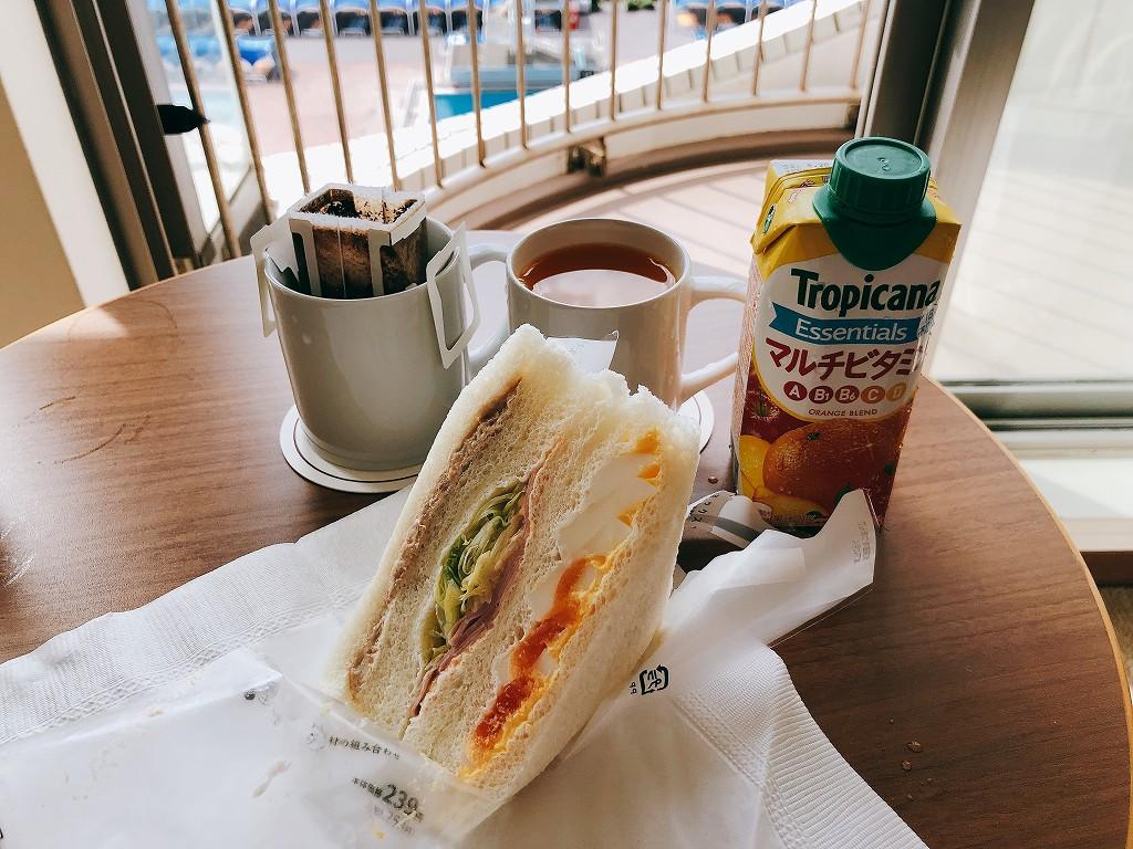 大磯プリンスホテルの客室でコンビニ朝飯