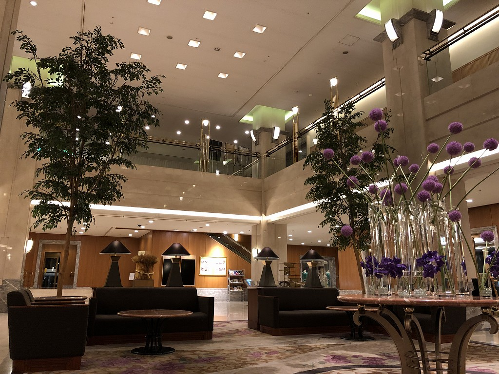 深夜のホテルグランヴィア岡山のロビー
