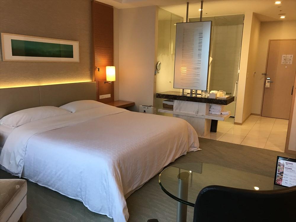 シェラトングランドホテル広島のクラブルーム(ベッド側)