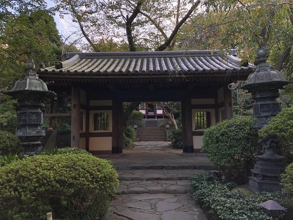 グランドプリンスホテル新高輪の日本庭園内の青銅の灯籠
