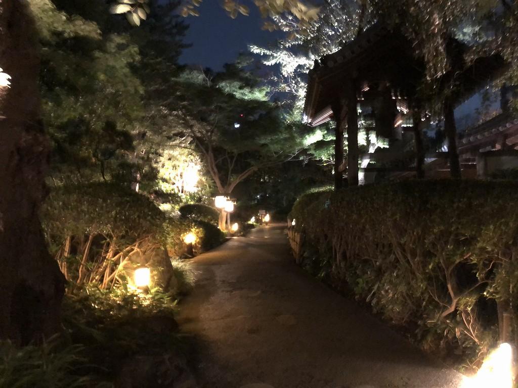 夜のグランドプリンスホテル新高輪の日本庭園