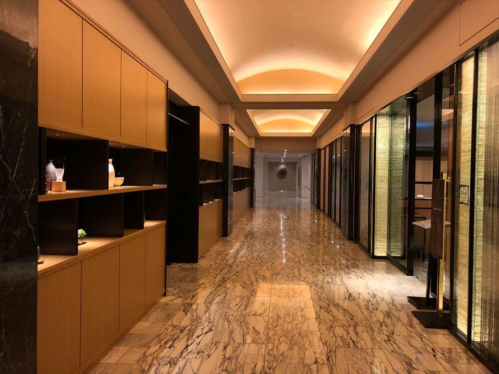 ザ・プリンス さくらタワー東京のフロントからエレベーターホールにつながる通路