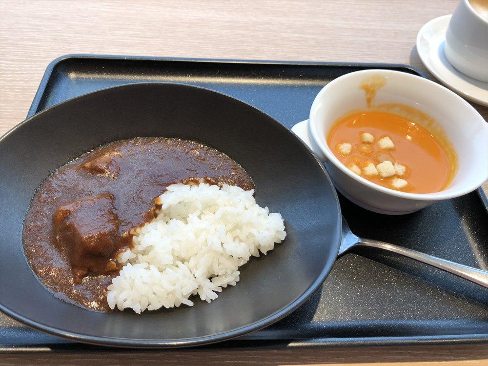 羽田空港国際線ターミナルのサクララウンジ スカイビューのビーフカレーとトマトのビスク