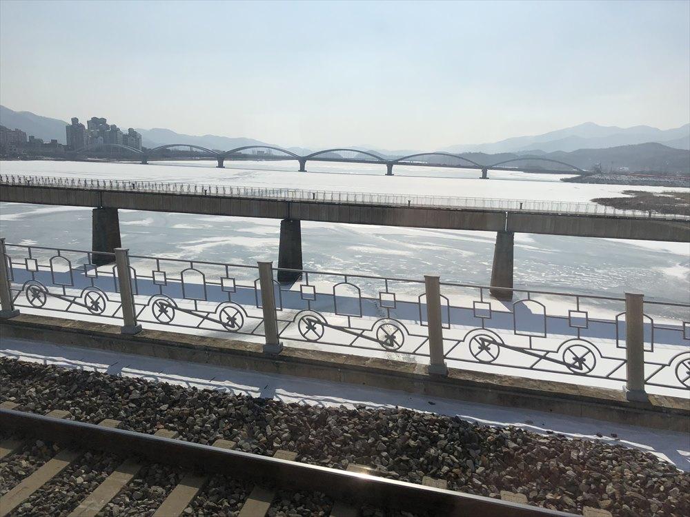 KTXから見た凍結した川