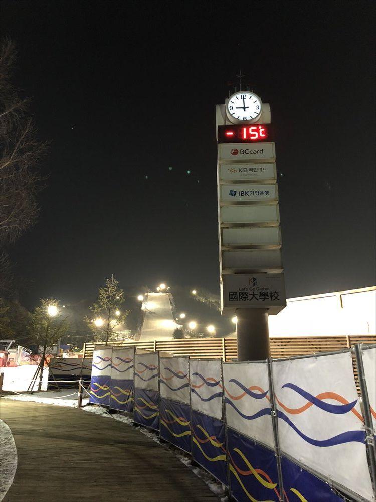 夜のヨンピョン リゾート ドラゴン バレーのスキー場の気温